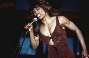 Angela Basset muscolosa e scolpita nel ruolo di Tina Turner