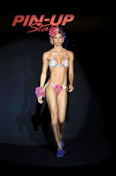 martina colombari muscoli e bikini