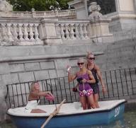 2017 italia ragazze turiste muscolose, ragazze teenagers muscolose, ragazze teenagers mostrano i muscoli, moda ragazze muscolose