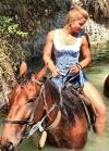 Amazzoni Moderne Muscolose a Cavallo
