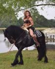Amazzone Muscolosa su Cavallo Nero