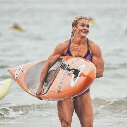 donna muscolosa in spiaggia, donna muscolosa in bikini