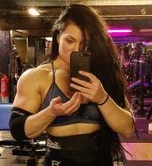 ragazza moda fisico esibire delle spalle sexy e muscolose.