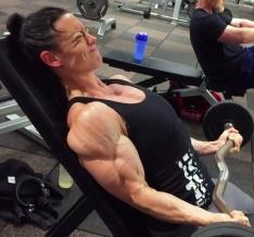donna fitness pump in pompaggio estremo