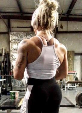 Ragazza che esibisce una postura perfetta con il bodybuilding 1