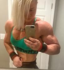 Ragazza che esibisce una postura perfetta con il bodybuilding