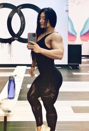 Ragazza trendy come esibire un corpo scolpito e muscoloso