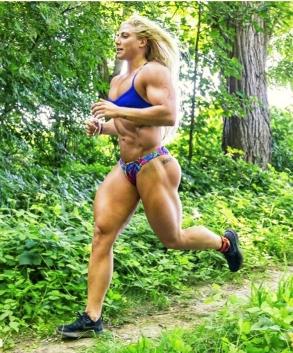 ragazza allenarsi nella corsa con un corpo potenziato da culturista
