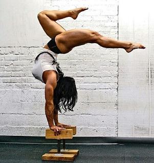 Ragazze in acrobazia con muscoli da body builder
