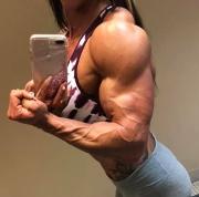 Ragazze che si fanno rispettare a 22 anni fitness ultra pump e una forza brutale.
