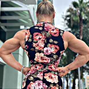 donna over 40 anni esibice una postura perfetta e ultra sexy