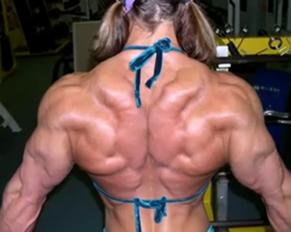 ragazza esibibre una postura perfetta scolpita e muscolosa