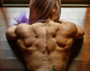 ragazza esibire una postura scolpita di muscoli perfetti