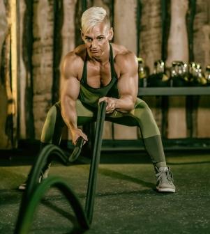 Donna con super bicipiti Crossfit e Body Building