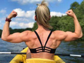 ragazza 17 anni in canoa si esibisce in posa da culturista