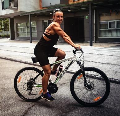 ragazza adolescente ciclista culturista