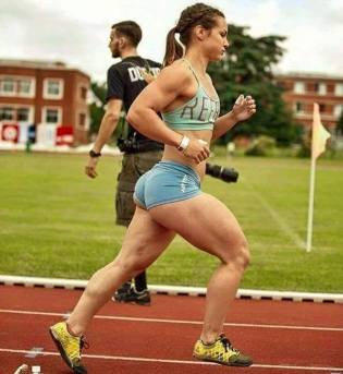 Ragazza che si allena nello Sprint con muscoli potenziati