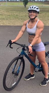 ragazza ciclista culturista