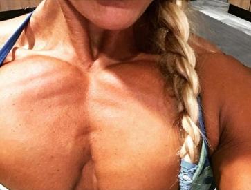 ragazza moda minimalista su un seno ultra sexy muscoloso